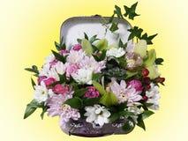 Ramo de flores en una maleta Arreglo de flores del ro Imagen de archivo libre de regalías