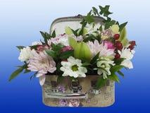Ramo de flores en una maleta Arreglo de flores del ro Fotos de archivo libres de regalías