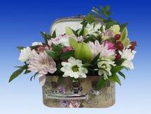 Ramo de flores en una maleta Arreglo de flores del ro Imagen de archivo