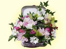 Ramo de flores en una maleta Arreglo de flores del ro Fotografía de archivo
