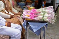 Ramo de flores de loto blanco para la adoración en el escritorio en el templo Imagen de archivo libre de regalías