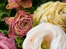 Ramo de flores mezcladas en el fondo de madera, rosas, clavel, Eustoma, flores secas fotos de archivo