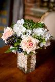 Ramo de flores mezcladas hermosas en florero en una tabla Manojo de flores precioso Trabajo del florista profesional Wedding o de imagen de archivo