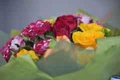 Ramo de flores rojas, amarillas y rosadas Imagenes de archivo