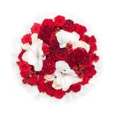 Ramo de flores rojas en la caja aislada en el fondo blanco imagen de archivo