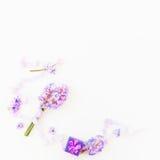 Ramo de flores rosadas, de caja de papel y de cintas lamentables en el fondo blanco Endecha plana, visión superior Fondo de los d Foto de archivo libre de regalías