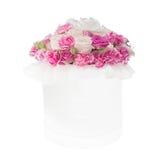 Ramo de flores rosadas en la caja aislada en el fondo blanco fotografía de archivo libre de regalías