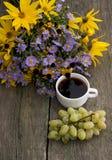 Ramo de flores salvajes, de café y de uvas, visión superior, aún vida Fotos de archivo libres de regalías
