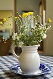 Ramo de flores salvajes en una jarra Fotografía de archivo