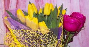 Ramo de flores Tulipanes Regalos de cumplea?os de amigos fotos de archivo
