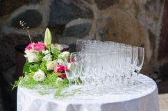 Ramo de flores y de copas de vino para una boda Foto de archivo libre de regalías