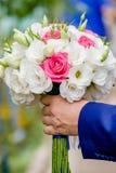 Ramo de florescência com as flores delicadas brancas na superfície de madeira Declaração do amor, mola Cartão de casamento, Valen fotografia de stock royalty free