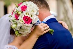 Ramo de florescência com as flores delicadas brancas na superfície de madeira Declaração do amor, mola Cartão de casamento, Valen fotografia de stock