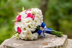 Ramo de florescência com as flores delicadas brancas na superfície de madeira Declaração do amor, mola Cartão de casamento, Valen foto de stock royalty free