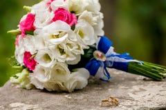 Ramo de florescência com as flores delicadas brancas na superfície de madeira Declaração do amor, mola Cartão de casamento, Valen imagem de stock royalty free
