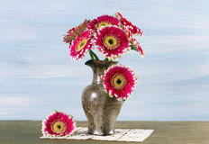 Ramo de gerberas en un florero Foto de archivo