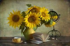 Ramo de girasoles hermosos en un florero Imágenes de archivo libres de regalías