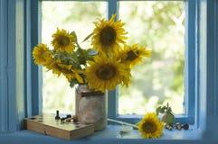 Ramo de girasoles hermosos en un florero Imagen de archivo