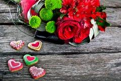 Ramo de la boda con el pan de jengibre de la forma del corazón en la madera Fotografía de archivo
