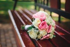 Ramo de la boda con las flores blancas y rojas fotografía de archivo
