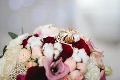 Ramo de la boda con las flores del algodón imagen de archivo
