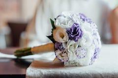Ramo de la boda con las rosas que se colocan en una ventana Fotografía de archivo libre de regalías