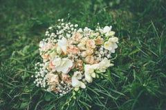Ramo de la boda con las rosas y las flores beige blancas imagen de archivo libre de regalías