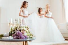 Ramo de la boda con la novia y las damas de honor Imagenes de archivo