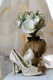 Ramo de la boda de calas y de zapatos nupciales Fotos de archivo