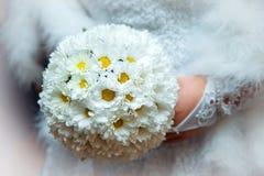 Ramo de la boda de flores blancas que la novia se sostiene Fotos de archivo libres de regalías