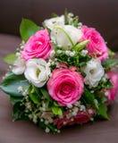 Ramo de la boda de flores blancas rojas para la novia en el weddin Fotografía de archivo