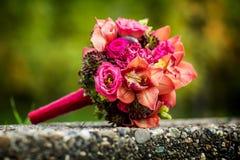 Ramo de la boda de flores rosadas coloridas de la novia contra fondo de la naturaleza Fotografía de archivo