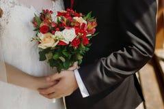Ramo de la boda de orquídeas de las rosas rojas abrazo elegante de los pares de la boda Imágenes de archivo libres de regalías