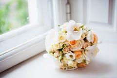 Ramo de la boda de rosas blancas Fotos de archivo