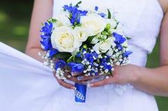 Ramo de la boda de rosas blancas y de cinta azul Imágenes de archivo libres de regalías