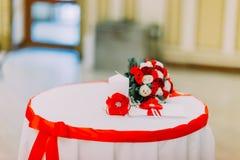 Ramo de la boda de rosas blancas y rojas que ponen en una tabla con la cinta Opinión del primer imagen de archivo