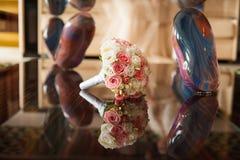 Ramo de la boda de rosas en la tabla de lujo del espejo Fotos de archivo libres de regalías