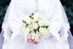 Ramo de la boda de rosas en las manos de la novia Imagen de archivo