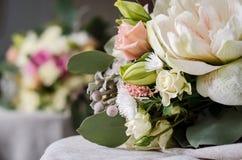 Ramo de la boda de rosas poner crema en textura del paño de la lona Foto de archivo