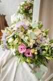 Ramo de la boda de rosas poner crema en textura del paño de la lona Foto de archivo libre de regalías