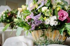Ramo de la boda de rosas poner crema en textura del paño de la lona Fotografía de archivo