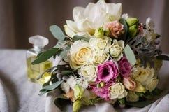 Ramo de la boda de rosas poner crema en textura del paño de la lona Imágenes de archivo libres de regalías