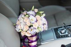 Ramo de la boda en el coche Imagen de archivo libre de regalías