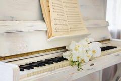 Ramo de la boda en el piano foto de archivo libre de regalías