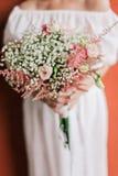Ramo de la boda en el primer de las manos de la novia Fotografía de archivo