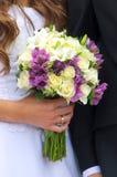 Ramo de la boda en la mano de la novia Imagenes de archivo