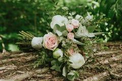 ramo de la boda en la mano de una novia Imagen de archivo libre de regalías