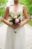 Ramo de la boda en las manos de la novia Imagen de archivo