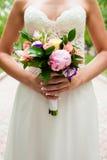 Ramo de la boda en las manos de la novia Imágenes de archivo libres de regalías