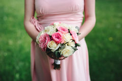 Ramo de la boda en las manos de la novia imagen de archivo libre de regalías